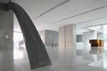 Veduta del foyer che ospita parte della collezione delle opere d'arte, nella nuova sede Università Bocconi di Grafton Architects [Ph. Matteo Cirenei]