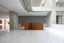 Veduta generale del foyer che ospita parte della collezione delle opere d'arte, nella nuova sede Università Bocconi di Grafton Architects [Ph. Matteo Cirenei]