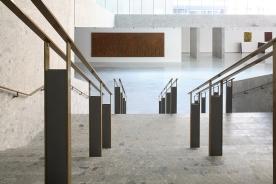 Veduta dalle scale di collegamento del foyer che ospita parte della collezione delle opere d'arte, nella nuova sede Università Bocconi di Grafton Architects [Ph. Matteo Cirenei]