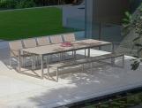 Tavolo NNX300 con struttura in acciaio e piano in vetro verniciato; sedie NNX55T e panca NNX284 con struttura in acciaio e seduta in Batyline®