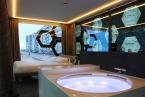 La camera da letto con vasca idromassaggio con tende aperte.