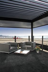 La zona relax lounge per aperitivi al fresco, arredata con i divani componibili Lazy