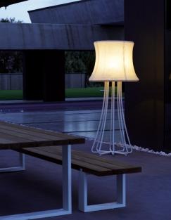 Lampada 3D in ambientazione esterna (con tavolo e panca Vigor)