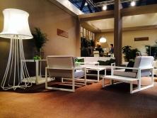 NINIX lounge, con al centro e a destra i prototipi per il 2015 del tavolo e il divano. In primo piano a sinistra la lampada 3D
