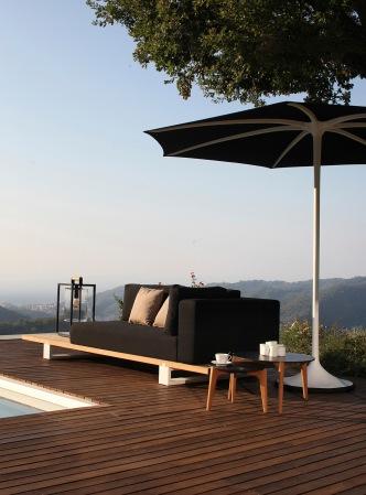 daybed Vigor, ombrellone Palma, tavolini Tea Time, porta asciugamani Ninix