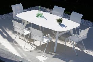 sedie QT, tavolo Zidiz con piano in ceramica e gambe in alluminio