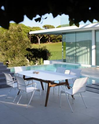 sedie QT, tavolo Zidiz con piano in ceramica e gambe in teak